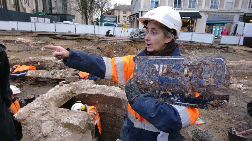 """Parmi les débris calcinés, les archéologues ont exhumé des pépites : """"On a la plaque de la rue du Change""""."""