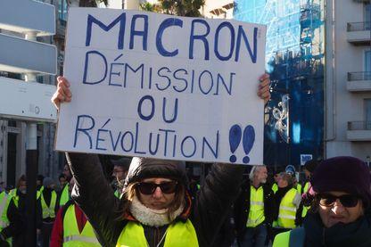 « Macron démission ou révolution » : slogan d'une manifestante gilet jaune, le 12 janvier à Perpignan.