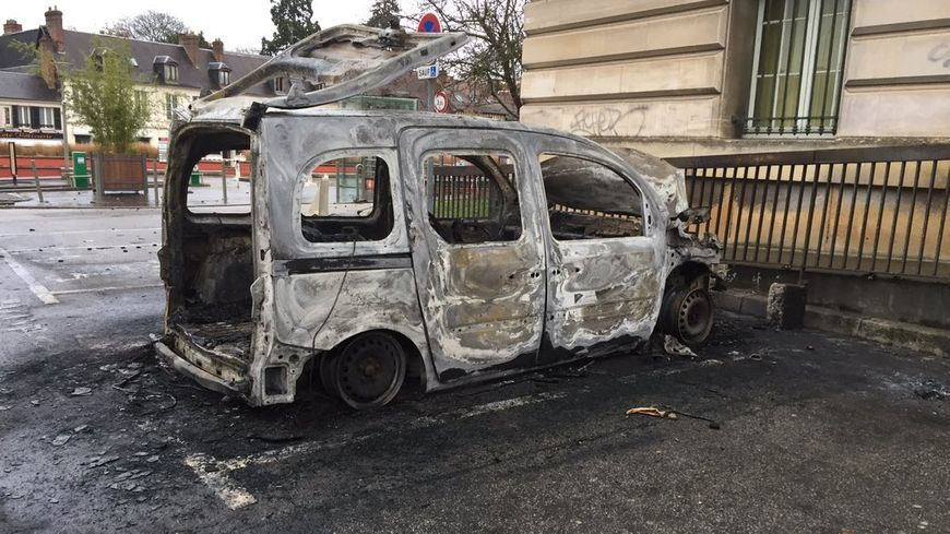 Deux voitures ont brûlé devant la mairie d'Evreux.