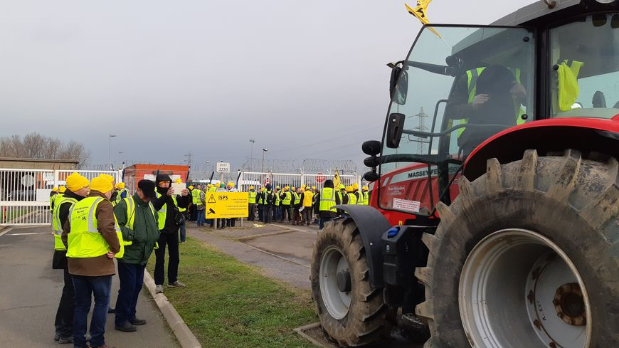Avec des tracteurs, une centaine d'agriculteurs ont fait le siège d'un silo de Nord-céréales, sur le port de Dunkerque, pour dénoncer l'importation de grandes quantités de maïs ukrainien, ce qui déstabilise le marché.