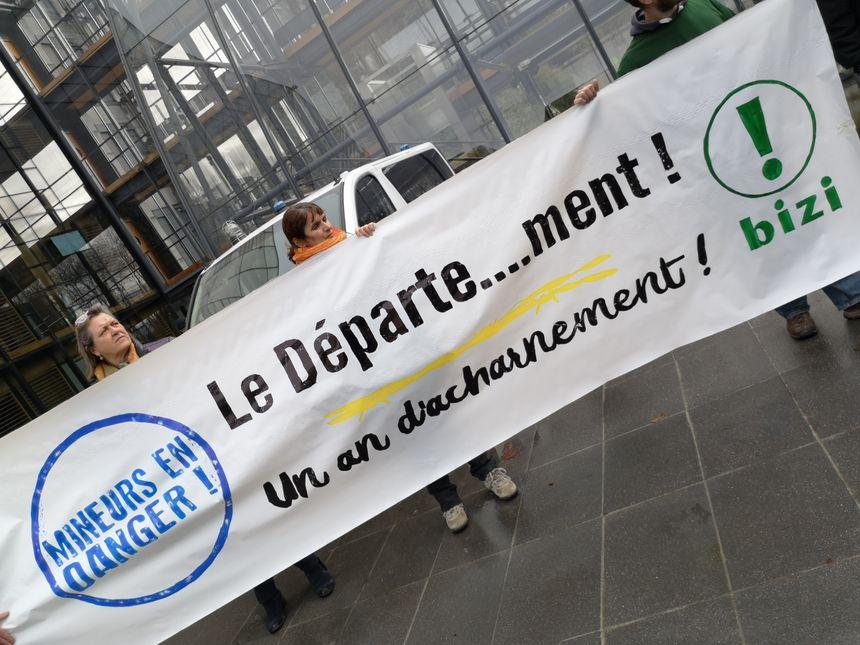 Le rassemblement jeudi devant l'hôtel du département