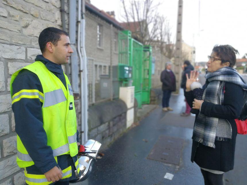 Le lieutenant Jason Brillet informe Anne Dillenseger de l'évolution de la situation