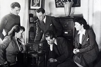 Français écoutant une allocution de l'amiral Darlan, vice-Premier ministre de Vichy, en mai 1941