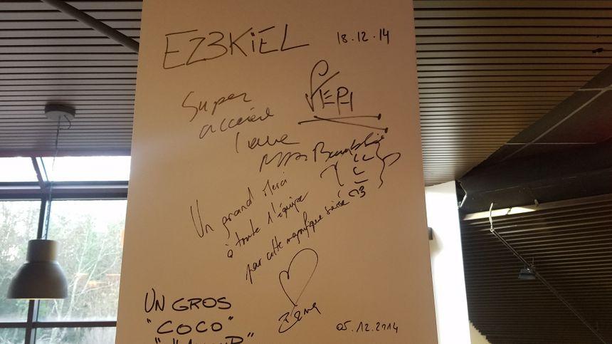 La signature de plusieurs artistes à la cafétéria de l'Espace Malraux.