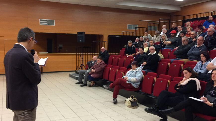 Christophe Jerrétie a répondu aux questions durant près de trois heures. Dans la salle peu de gens portent le gilet jaune même si beaucoup font partie du mouvement.