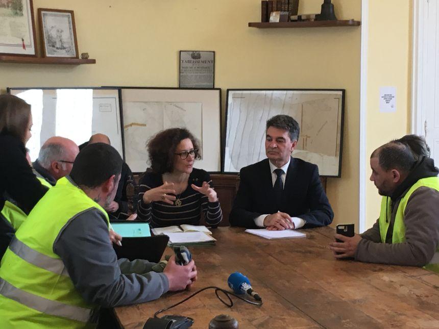 """Emmanuelle Wargon reçoit une délégation de """"gilets jaunes"""" en mairie de Bourgtheroulde."""