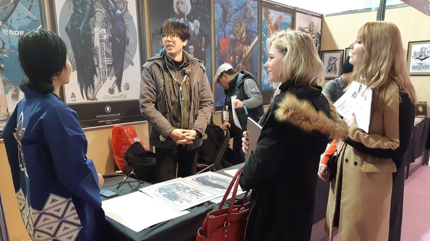 """La """"Manga city"""" permet de rencontrer des auteurs, suivre des ateliers, et surtout acheter beaucoup de livres ! Ici, deux étudiantes en art américaines présentent leur """"book""""."""
