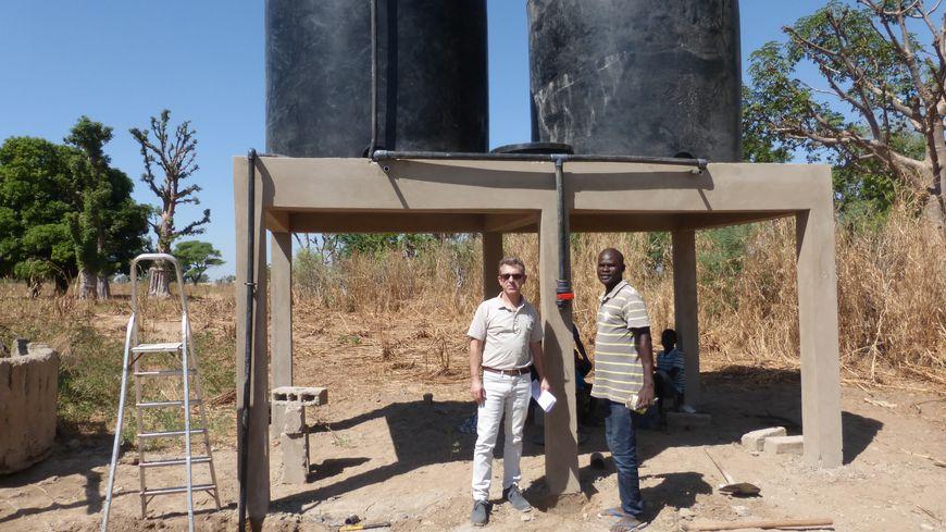 Les cuves d'eau installées dans le village sénégalais de Ndiaganiao.