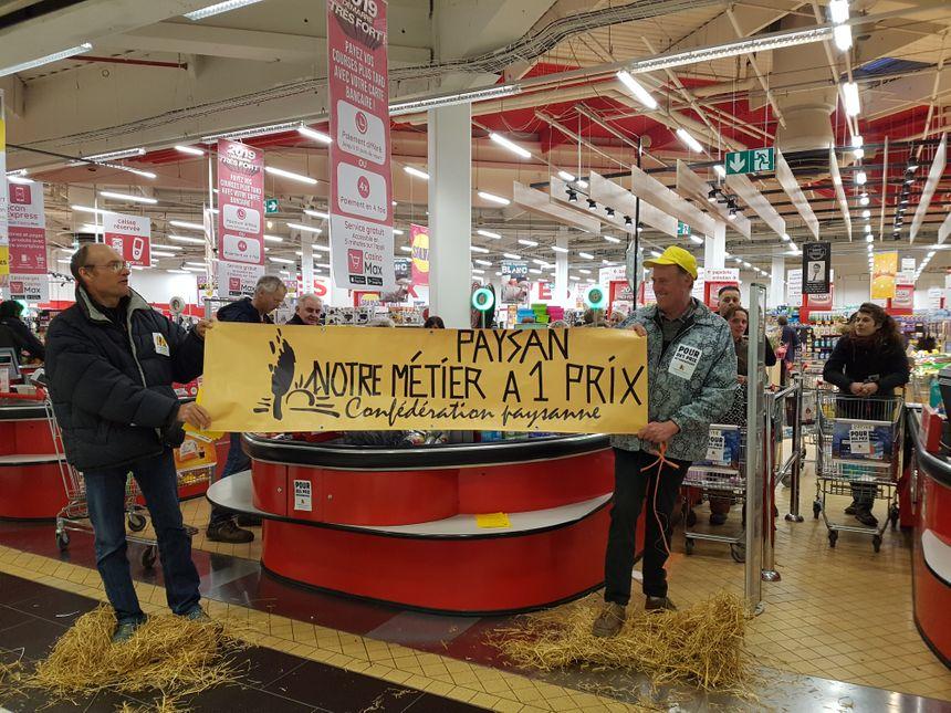 Une vingtaine d'agriculteurs de la Confédération paysanne ont voulu sensibiliser les clients sur les produits importés par la grande distribution.