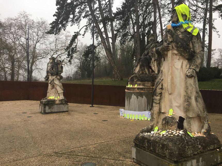 Les gilets jaunes ont rendu hommage aux manifestants décédés depuis le début du mouvement