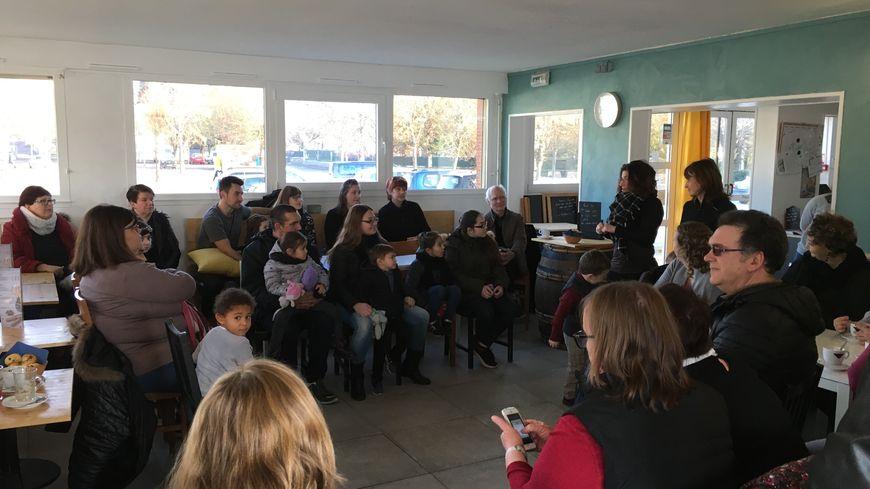 Autour d'Aurore et Stéphanie, une cinquantaine de personnes étaient réunies au QG à Joigny pour le premier café signes.