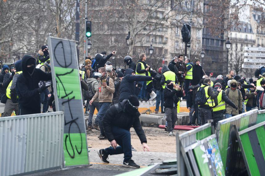 """Affrontements à Paris lors de la 11e journée de mobilisation des """"gilets jaunes"""""""