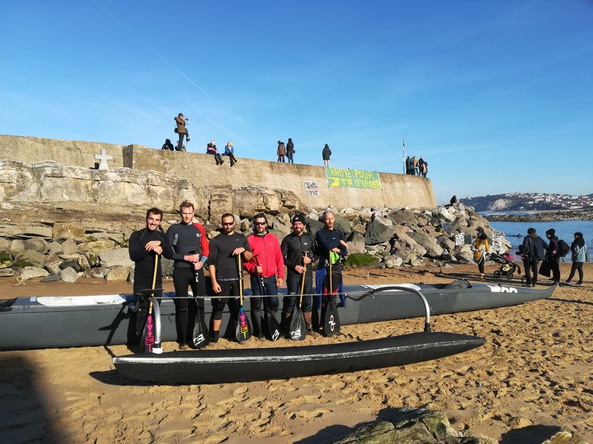 Des rameurs venus d'Anglet à pirogue se sont joints aux surfeurs. Il leur aura fallu 1h10 pour faire le trajet.