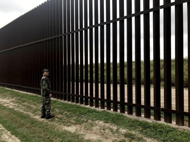 David, la soixantaine, patrouille le long de la rivière Rio Grande, à la recherche de ces migrants venus du Mexique voisin ou d'Amérique centrale.