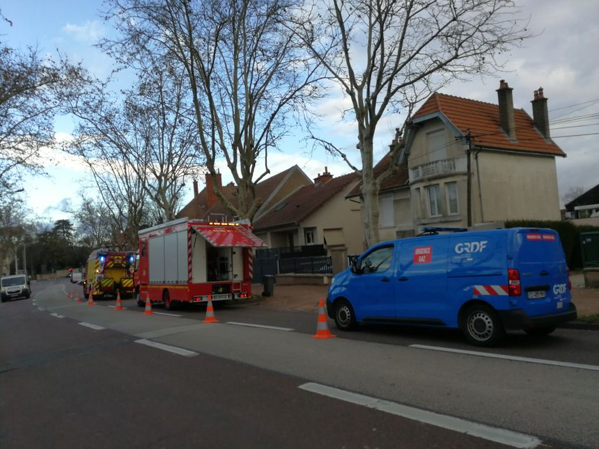 Les camions des services de secours étaient stationnés sur le boulevard des Bourroches, côté école maternelle
