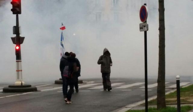 Un homme au visage masqué, en fin de cortège samedi à Paris