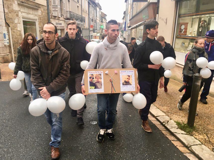 Les proches de Nathanaël ont organisé une marche blanche pour rendre hommage au jeune homme.