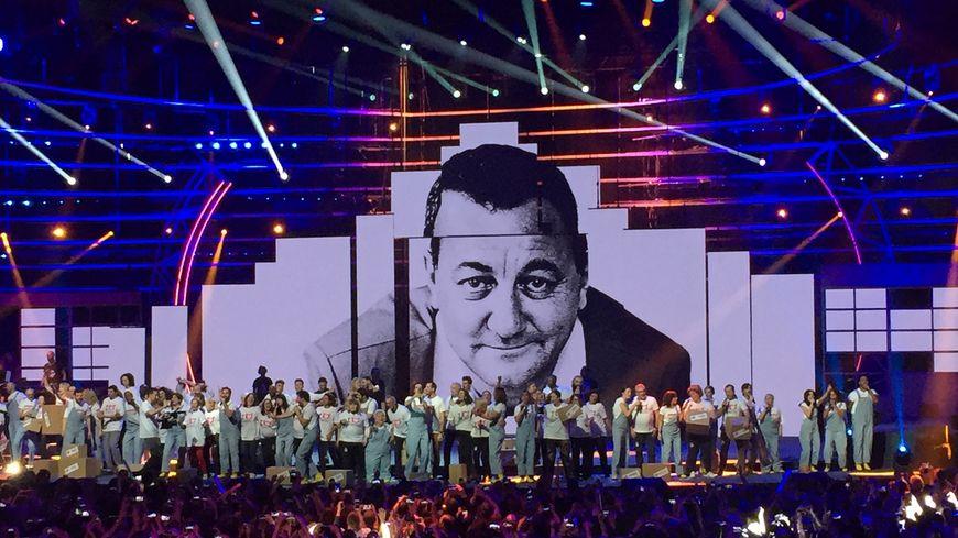 Une vingtaine d'artistes présents sur scène avec des bénévoles girondins pour clouer les quatre heures de spectacle ce jeudi soir à Bordeaux