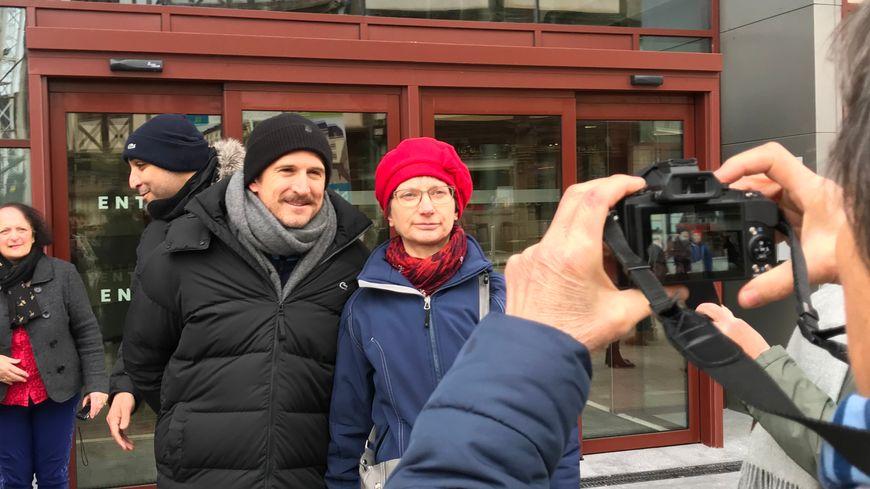 Après le tournage de plusieurs scènes au tribunal de Laval, Guillaume Canet a pris le temps de signer de prendre des photos.