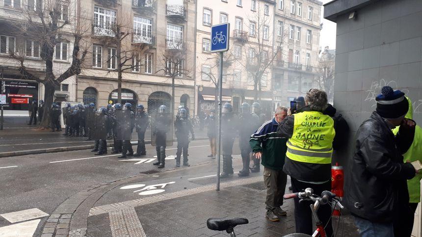 Les gendarmes mobiles repoussent les gilets jaunes à coups de gaz lacrymogènes