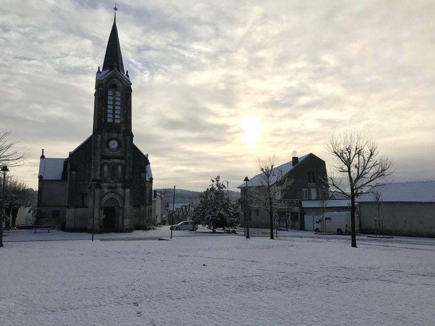 Un peu avant 10 heures, la place de l'église était encore recouverte d'une jolie couche de neige.