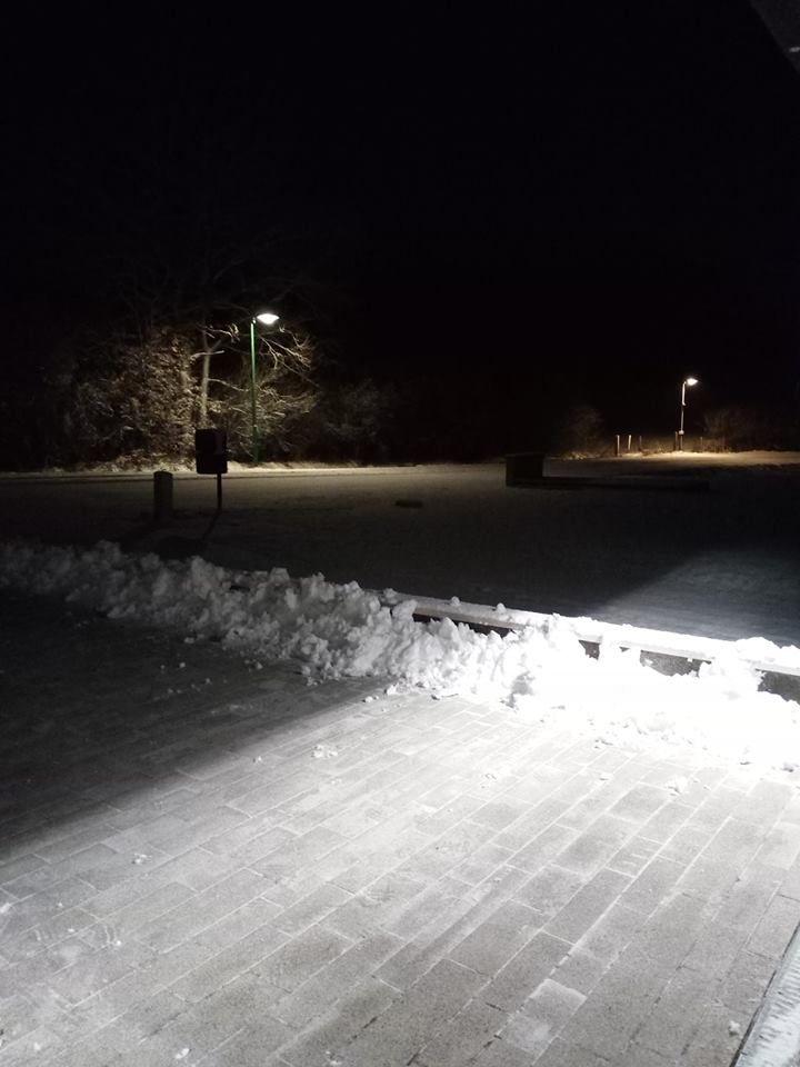 Nicolas a dégagé une belle épaisseur de neige sur sa terrasse à Chémery