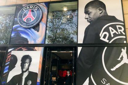 Vitrine du magasin du PSG sur les Champs Élysées avec en devanture un grand portrait de Mbappé
