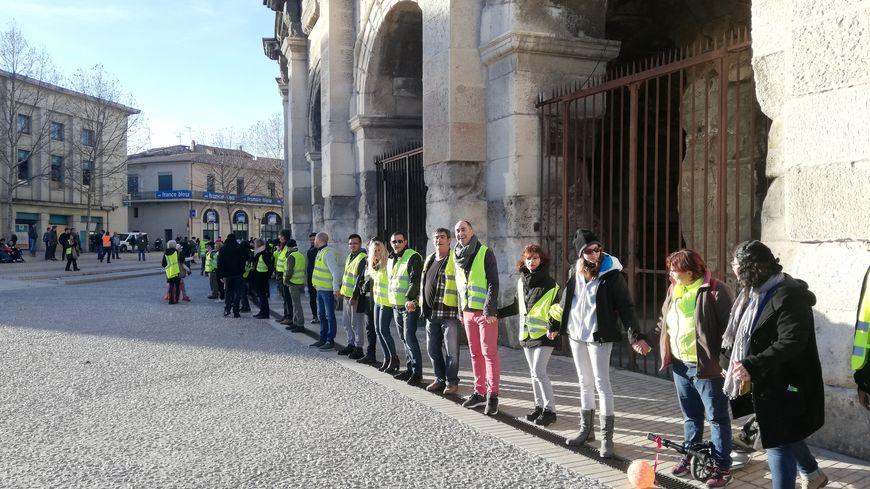 Une bonne centaine de gilets jaunes a formé une chaîne humaine autour des arènes de Nîmes