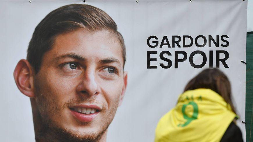 """""""Gardons espoir"""" dit la banderole accrochée aux grilles du centre d'entrainement du FC Nantes"""