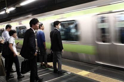 Des passagers attendent le métro dans une station de Tokyo, Japon (octobre 2017)