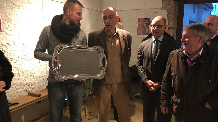 Jean-Marc Janaillac (au centre) remet le premier prix de la meilleure omelette aux truffes 2019.