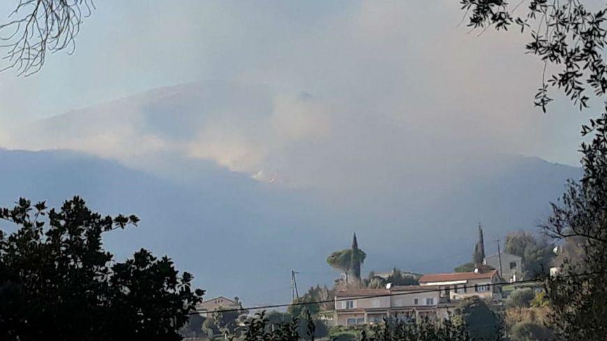 Un feu de forêt s'est déclaré ce dimanche après-midi à Tourettes-sur-Loup