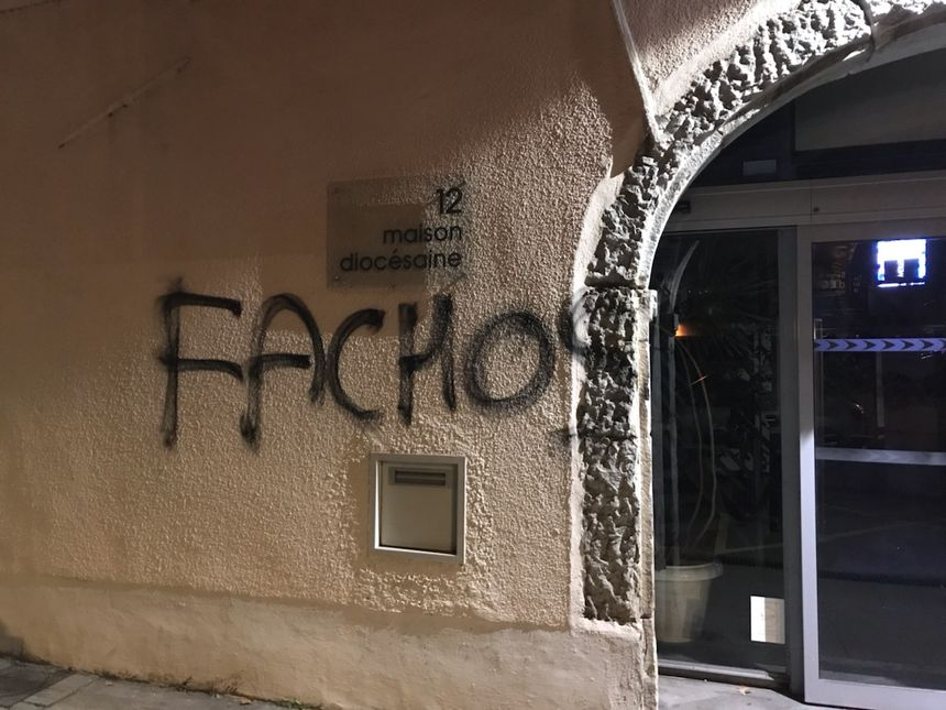 Les Tags ont depuis été effacés sur la façade de la Maison Diocésaine - Aucun(e)