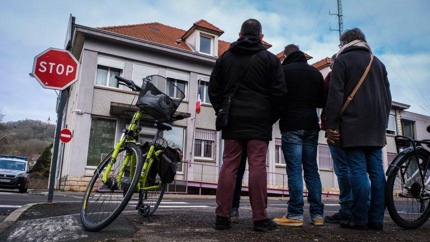 Des militants de la France Insoumise et des gilets jaunes sont venus apporter leur soutien devant le commissariat de Vesoul