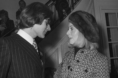 Yves Saint Laurent s'entretient avec l'actrice Catherine Deneuve le 31 janvier 1970 à Paris lors de la présentation de sa nouvelle collection.