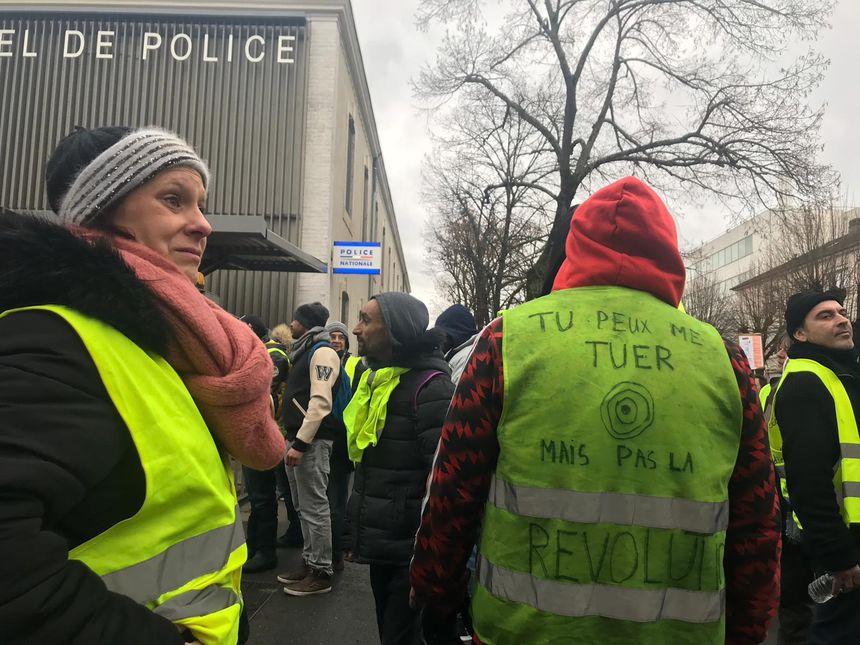 Les manifestants se sont brièvement arrêtés devant le commissariat du Mans