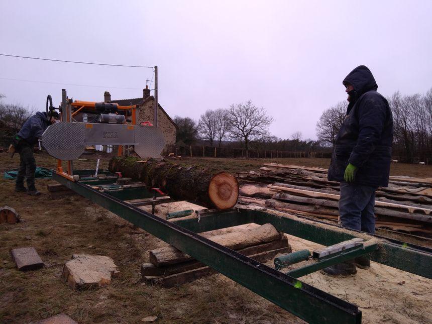 La lame coupe le bois à l'horizontal