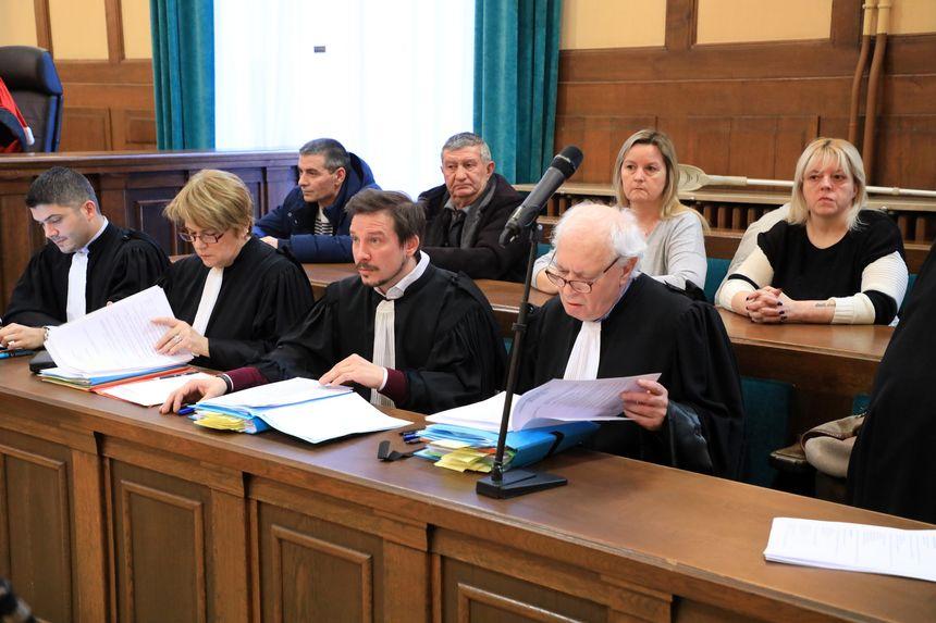 Une partie des victimes et familles de victimes avec leurs avocats