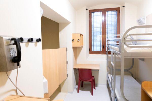 Une cellule refaite à neuf, avec toilettes, douche, et combiné mural.