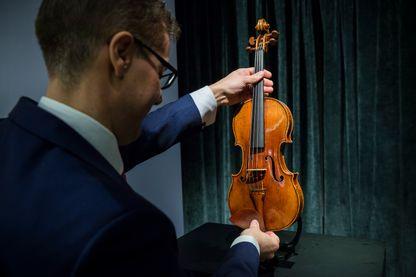 Une vente aux enchères chez Sotheby's Hong Kong, d'un violon rare de 1684 fabriqué par Antonio Stradivari, le 21 février 2017.