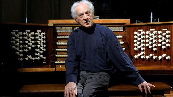 Jean GUILLOU, devant l'orgue en l'église de Roquevaire