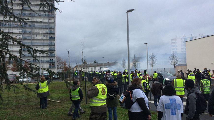 Les Gilets Jaunes de Châtellerault ont défilé dans les rues de la ville ce samedi après-midi et certains ont manifesté sur la voie ferrée avant d'être délogés