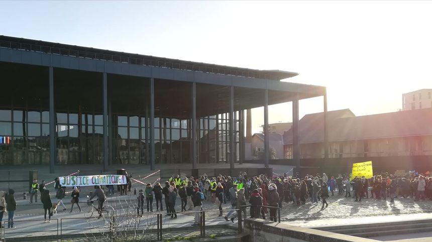 Les manifestants se sont rassemblés devant le tribunal de grand instance de Nantes.