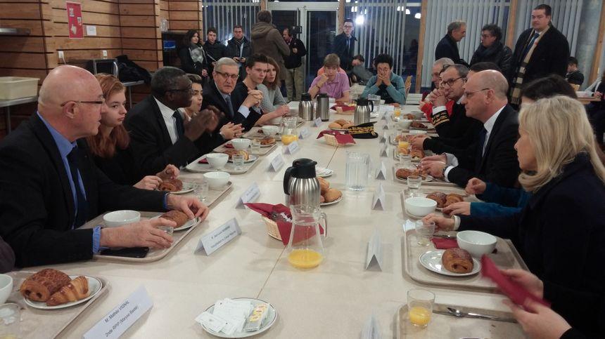 Le ministre de l'Éducation nationale s'est joint aux internes pour le petit-déjeuner.