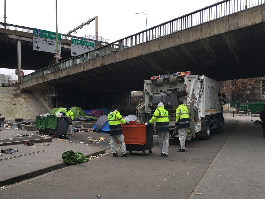 Des agents de la ville de Paris ont nettoyé le camp après l'évacuation.