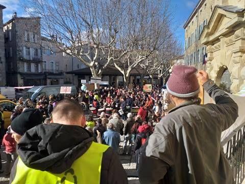 Les gilets jaunes et les manifestants pour le climat ont marché ensemble jusqu'à la place du Château à Aubenas.