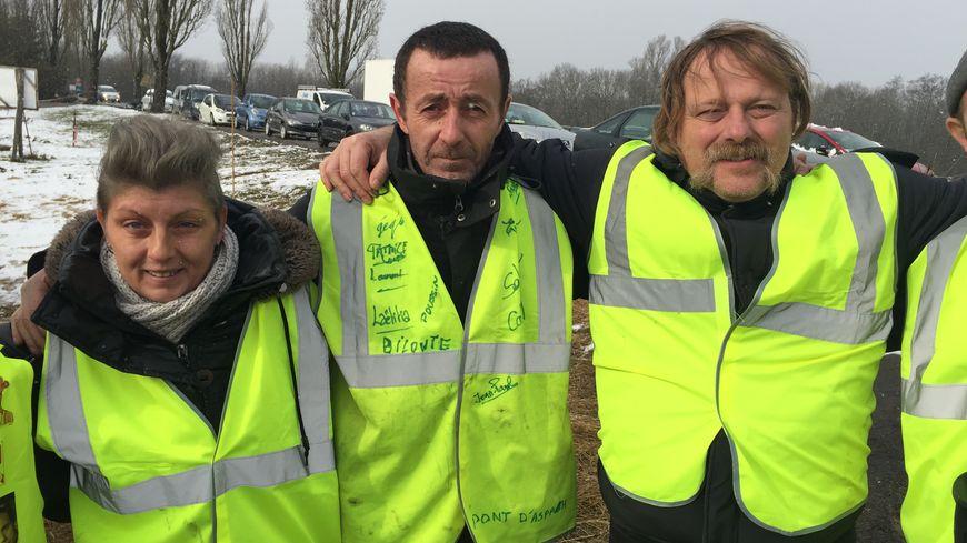 Jean (au milieu ) a trouvé un toit grâce aux gilets jaunes du pont d'Aspach