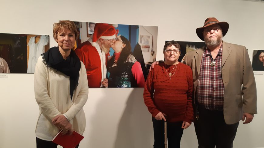 """A gauche, Laure Vouters, la photographe, pose avec ses """"modèles"""", Serge et Jacqueline, dans l'exposition à Tourcoing"""