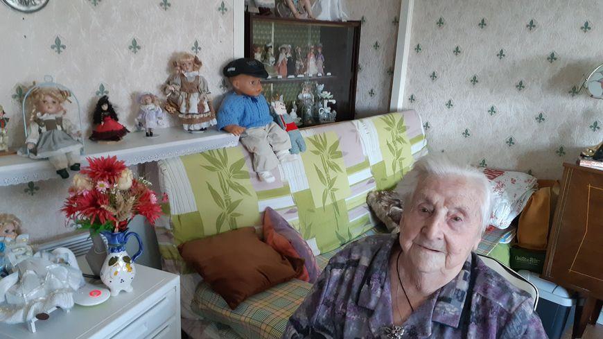 Estelle Leroux, 89 ans, donne ses poupées à qui en prendra soin.