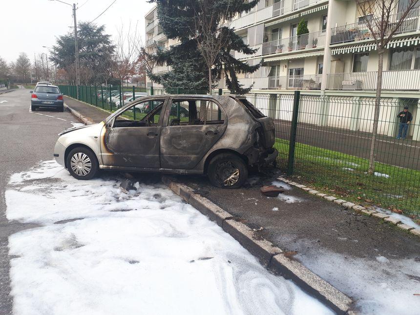 Une voiture incendiée devant la résidence la Forêt à Illzach.